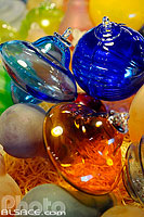 Photo : Boules de Noël en verre (ligne contemporaine), Centre international d'art verrier,  Meisenthal, Moselle (57)