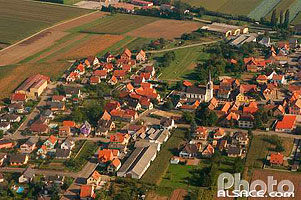 Photo : Eglise et village de Innenheim vue du ciel, Bas-Rhin (67)