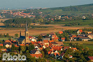 Photo : Village de Westhoffen et en arriere plan le village de Scharrachbergheim, Bas-Rhin (67), Alsace, France