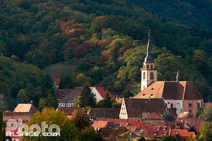 Photo : Eglise Romane Saint-Pierre et Paul et le village d'Andlau, Bas-Rhin (67), Alsace, France