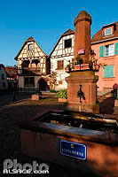 Photo : Fontaine (Lindeburne) et maisons Alsacienne, Ottrott, Bas-Rhin (67), Alsace, France