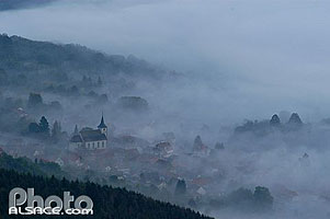 Photo : Eglise et village d'Ottrott dans la brume, Ottrott, Bas-Rhin (67)