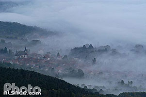 Photo : Eglise et village d'Ottrott dans la brume, Ottrott, Bas-Rhin (67), Alsace, France