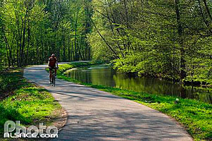 Photo : Piste cyclable le long du canal de la Bruche, Ernolsheim-sur-Bruche, Bas-Rhin (67), Alsace, France