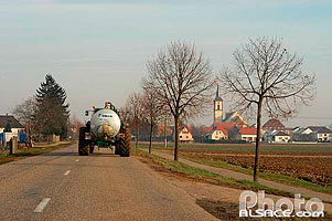 Photo : Tracteur sur la route D84 en direction de Geispolsheim, Bas-Rhin (67)