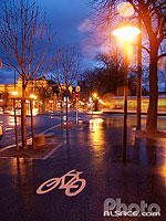 Photo : Piste cyclable la nuit, Quai Jacques Sturm, Strasbourg, Bas-Rhin (67), Alsace, France
