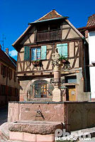 Photo : Fontaine de l'Ours et maison alsacienne, Heiligenstein, Bas-Rhin (67), Alsace, France