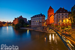 Photo : Pont Saint-Thomas et église Saint-Thomas la nuit, Strasbourg, Bas-Rhin (67), Alsace, France