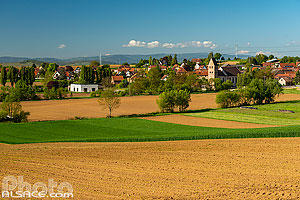 Photo : Champ et village de Kuttolsheim, Kochersberg, Bas-Rhin (67)