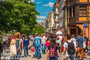 Piétons et cyclistes sur le quai des Bateliers, Strasbourg, Bas-Rhin (67), Alsace, France