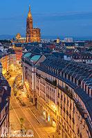 Rue du 22 Novembre et la cathédrale la nuit, Strasbourg, Bas-Rhin (67), Alsace, France