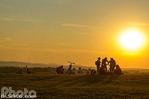 Rassemblement au coucher de soleil sur la colline de Mundolsheim pour l'observation de l'éclipse de lune du 27 juillet 2018, Holderberg, Mundolsheim, Bas-Rhin (67), Alsace, France