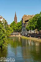 L'Ill dans le quartier de la Petite France et la Cathédrale de Strasbourg, Strasbourg, Bas-Rhin (67), Alsace, France