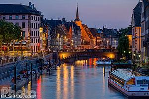 Le quai des Bateliers la nuit avec le nouveau ponton au bord de l'Ill et le pont du Corbeau et l'église Saint-Guillaume, Strasbourg, Bas-Rhin (67), Alsace, France