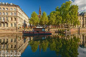 Place du Marché aux Poissons, l'embarcadère Batorama et la Cathédrale de Strasbourg, Strasbourg, Bas-Rhin (67), Alsace, France