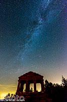 Temple Gallo Romain au sommet du Donon, Perséides et voie lactée la nuit, Grandfontaine, Bas-Rhin (67), Alsace, France