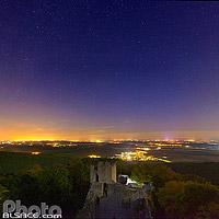 Le Château du Bernstein et les lumières de la plaine d'Alsace la nuit, Dambach-la-Ville, Bas-Rhin (67), Alsace, France