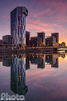 Tour Elithis (Tour de logements à énergie positive) et les tours Black Swans qui se reflètent dans le bassin Dusuzeau la nuit, Strasbourg, Bas-Rhin (67), Alsace, France