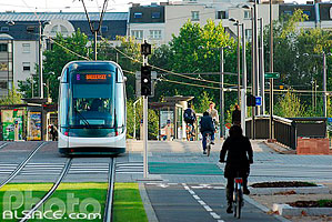 Photo : Tramway et cycliste, Pont Winston-Churchill, Strasbourg, Bas-Rhin (67), Alsace, France
