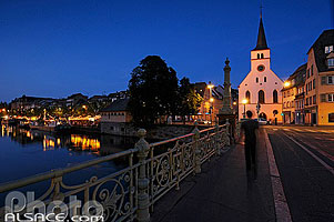 Photo : Eglise et pont Saint-Guillaume la nuit, Strasbourg, Bas-Rhin (67), Alsace, France
