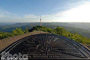 Photo : Table d'orientation au sommet du Donon, Grandfontaine, Bas-Rhin (67)