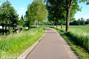 Photo : Piste cyclable le long du Canal de la Bruche, Eckbolsheim, Bas-Rhin (67), Alsace, France