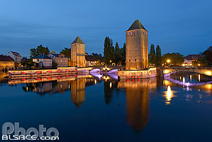 Photo : Illumination des Ponts Couverts, Quartier de la Petite France, Strasbourg, Bas-Rhin (67), Alsace, France