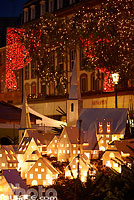 Photo : Décoration de Noël (Village alsacien) au pied du grand sapin de Noël, Place Kléber, Strasbourg, Bas-Rhin (67), Alsace, France