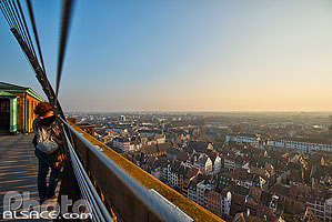 Photo : Bas-Rhin (67), Strasbourg, Touriste sur la plate-forme de la Cathédrale de Strasbourg // FRANCE, Bas-Rhin (67), Strasbourg, Tourist on the platform of the Strasbourg Cathedral