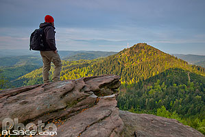Photo : Randonneur au sommet du Petit Donon et vue sur le Donon, Wisches, Bas-Rhin (67) // Hiker at the summit of Petit Donon and views of the Donon moutain, Wisches, Bas-Rhin (67), Alsace, France
