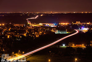 Photo : Circulation automobile sur le contournement de Marlenheim et la route nationale 4 en direction de Strasbourg la nuit, Bas-Rhin (67), Alsace, France