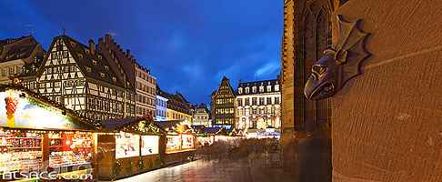 Photo : Marché de Noël et Gargouille de la Cathédrale, Strasbourg, Bas-Rhin (67) // Christmas market and Gargoyle from the Cathedral, Strasbourg, Bas-Rhin (67), Alsace, France