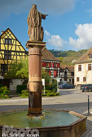 Photo : Fontaine Sainte-Richarde, Place de la Mairie, Andlau, Bas-Rhin (67)