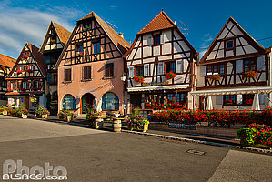 Photo : Alignement de maisons alsacienne à colombages, Place du Marché, Dambach-la-Ville, Bas-Rhin (67)