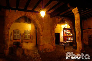 Photo : Passage la nuit entre la place de la Cathedrale et la rue des Marchands, Colmar, Haut-Rhin (68), Alsace, France