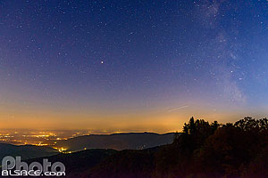 Ciel étoilés et la voie lactée la nuit depuis la Tête des Perches, Rimbach-près-Masevaux, Parc naturel régional des Ballons des Vosges, Haut-Rhin (68), Alsace, France