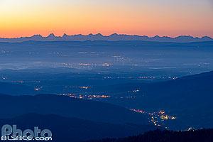 La vallée de la Doller, la plaine d'Alsace, le Sundgau et les Alpes Suisse à l'aube vue depuis la Tête des Perches, Rimbach-près-Masevaux, Haut-Rhin (68), Alsace, France
