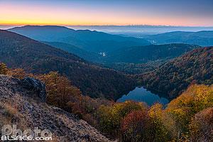 Le Lac des Perches (Sternsee) à l'aube en automne vue depuis la Tête des Perches, en arrière plan les Alpes Suisse, Rimbach-près-Masevaux, Parc naturel régional des Ballons des Vosges, Haut-Rhin , Alsace, France