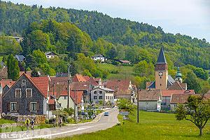 Entrée de Muhlbach-sur-Munster par la route D10 et le clocher de l'église protestante, Muhlbach-sur-Munster, Haut-Rhin (68), Alsace, France