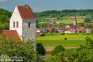 Eglise Saint-Martin-des-Champs et l'église Saint-Martin en arrière plan, Oltingue, Sundgau, Haut-Rhin (68), Alsace, France