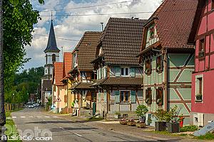 Maisons alsaciennes le long du ruisseau le Hirtzbach dans le village de Hirtzbach, Sundgau, Haut-Rhin (68), Alsace, France