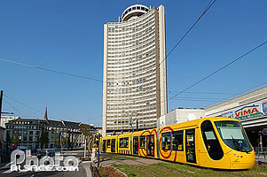 Photo : Rame de Tramway et tour de l'Europe, Boulevard de l'Europe, Mulhouse, Haut-Rhin (68)
