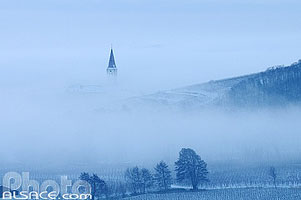 Photo : Clocher de l'église d'Ammerschwihr à travers la brume en hiver, Haut-Rhin (68)