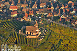 Photo : Eglise fortifiée Saint-Jacques et village de Hunawihr, Haut-Rhin (68), Alsace, France