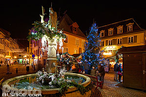 Photo : Marche de Noël et fontaine Saint-Thiébaut, Place de l'église, Thann, Haut-Rhin (68)