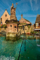 Photo : Fontaine Saint-Léon, Place du Château Saint-Léon, Eguisheim, Haut-Rhin (68), Alsace, France