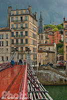 Photo : Passerelle Saint-Vincent et immeubles du Quai de Bondy, Lyon, Rhône (69), Rhône-Alpes, France