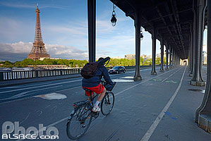 Photo : Cycliste sur le Pont de Bir-Hakeim, Paris (75015)