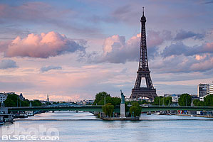 Photo : La Seine, le Pont de Grenelle et la tour Eiffel, Paris (75015)