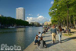 Photo : Quai de la Loire, Bassin de la Villette, Paris (75019), Ile-de-France, France